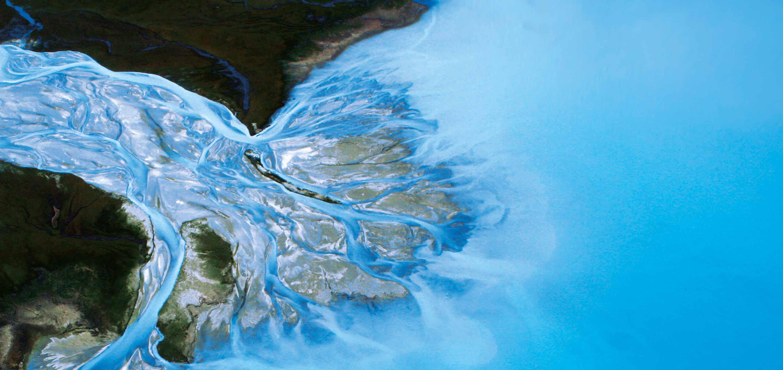 Ein Flussdelta mit Mündung ins Meer.