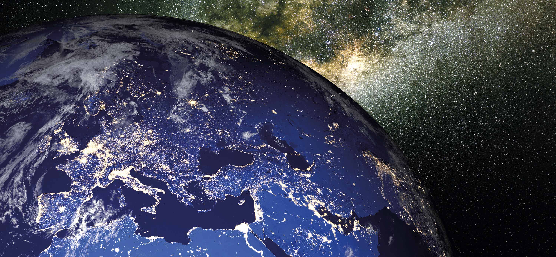 Grafische Darstellung der Erde bei Nacht mit Fokus auf Europa.