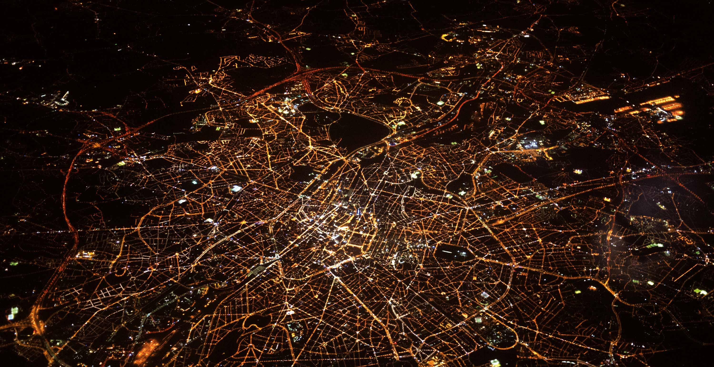 Luftbild vom beleuchteten London bei Nacht.